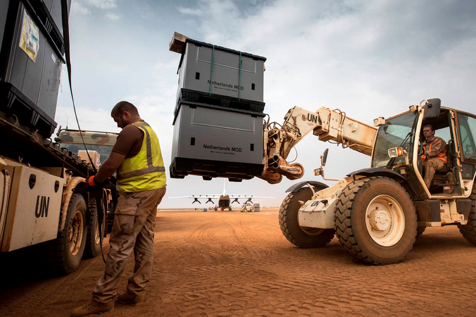 Relocation Dutch army with foldable pallet boxes
